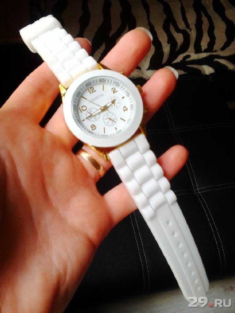 Фото белых наручных часов женских